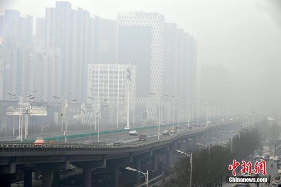 """资料图:雾霾""""侵袭""""河北多地 影响市民出行。中新社记者 翟羽佳 摄"""